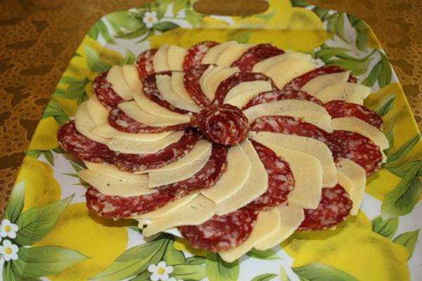 Как разложить сыр и колбасу
