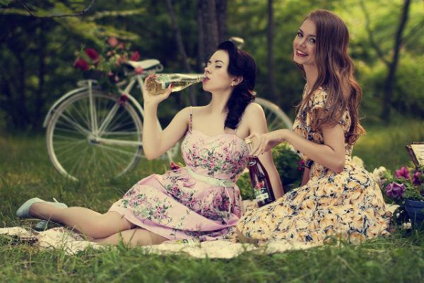 Пикник с подругой на поляне фото